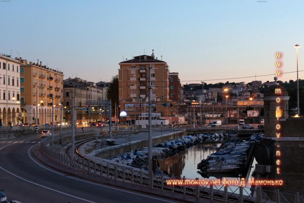 Анкона — город-порт в Италии прогулки туристов с фотокамерой