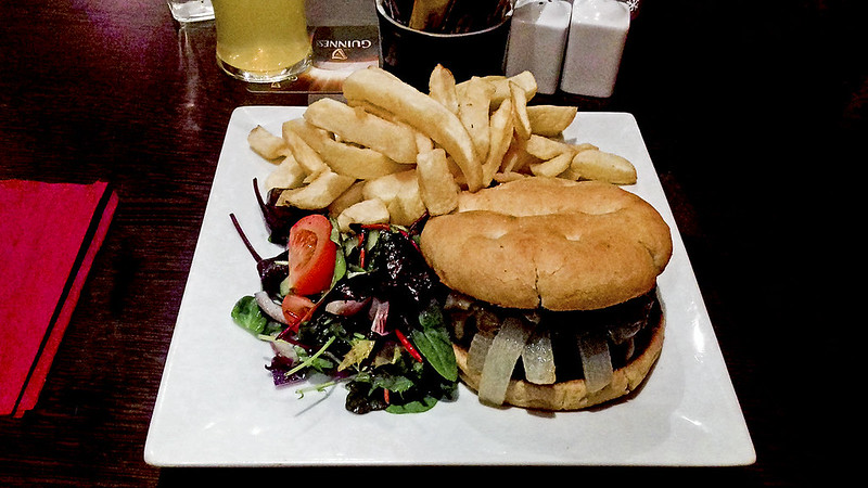 Whistlers Bar & Grill - Burger