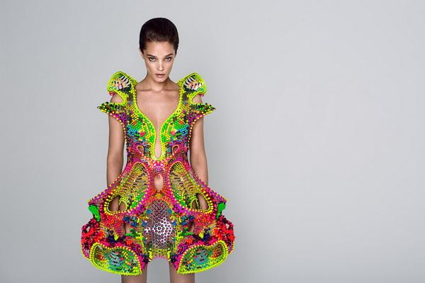 Chiếc váy pha lê công nghệ cao của Lana Dumitru và Vlad Tenu