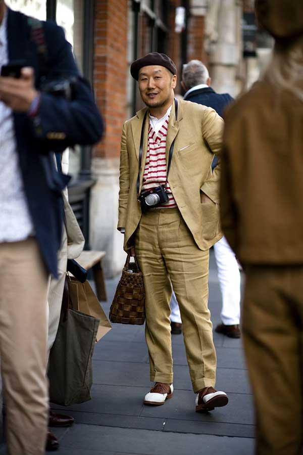 ブラウンベレー帽×ベージュスーツ×白シャツ×赤白Vネックカットソー×白茶コンビオックスフォードシューズ