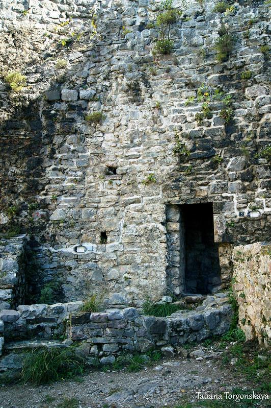 Стена с проходом