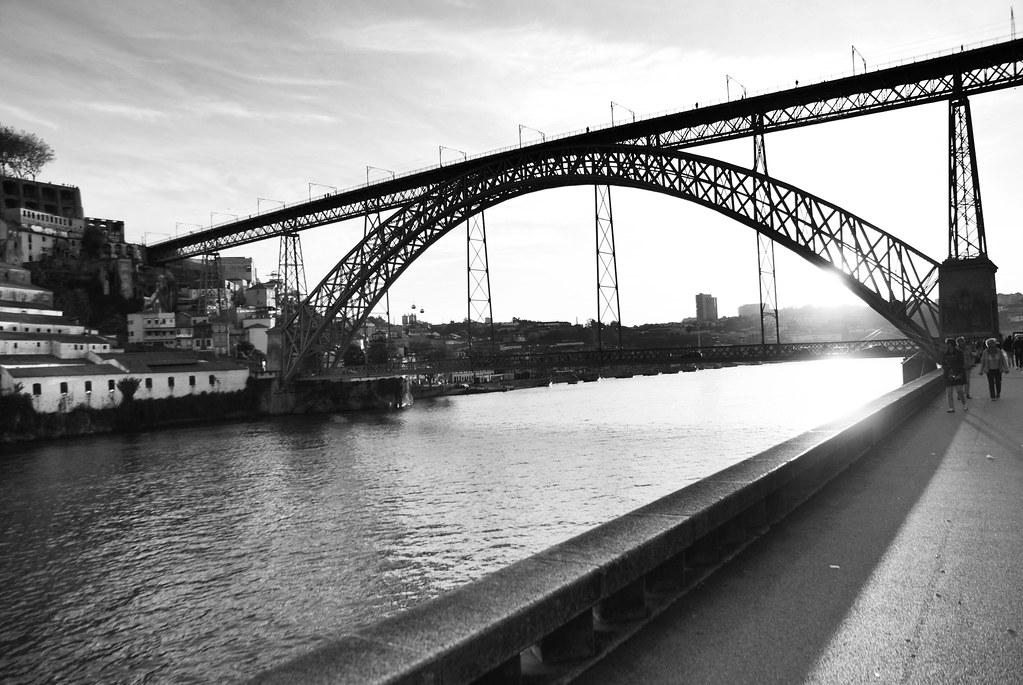 Pont Dom Luis à Porto vue depuis les quais du Douro (quartier de la Ribeira).