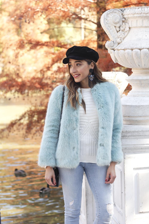blue light faux fur coat navy cap ripped jeans zara tiger uterqüe earrings outfit street style01