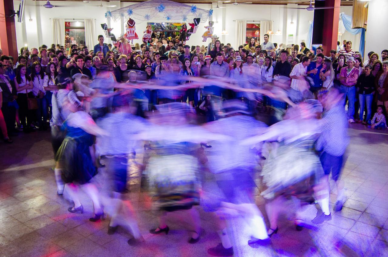 Jóvenes colonos entretienen con una danza típica en el salón artístico del Club Alemán de Colonia Independencia. (Elton Núñez).