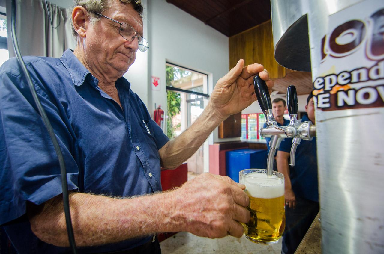 En el salón artístico del Club Alemán de Colonia Independencia, los colonos sirven unas frías cervezas. (Elton Núñez).