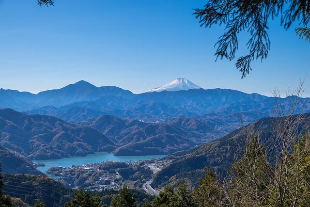 富士と相模湖と中央道@小仏峠の先のベンチ