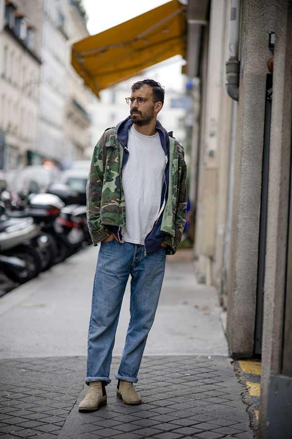 迷彩ミリタリージャケット×紺ジップアップパーカー×白無地Tシャツ×デニムパンツ×ベージュサイドゴアブーツ