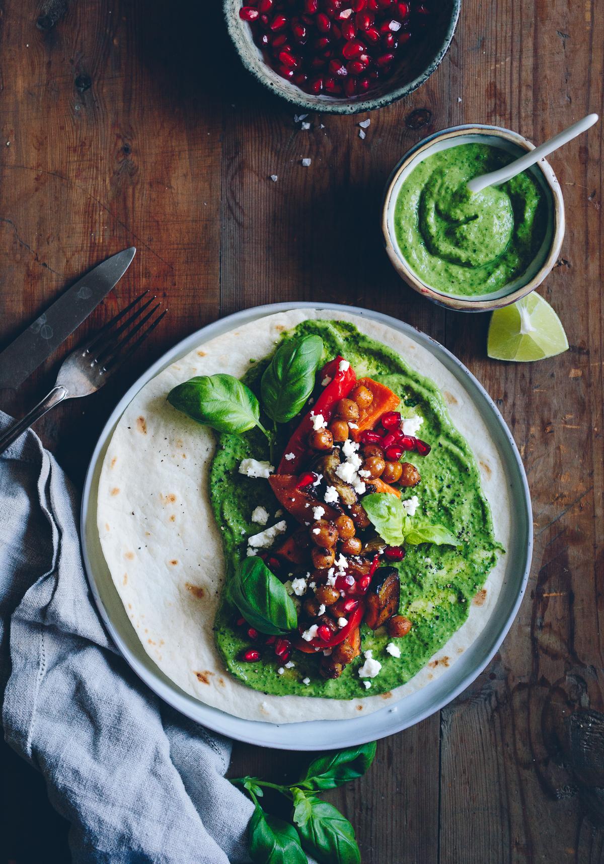 Medelhavstacos med ugnsrostade grönsaker, örtguacamole, kryddiga kikärtor, fetaost & granatäpple | Cashew Kitchen