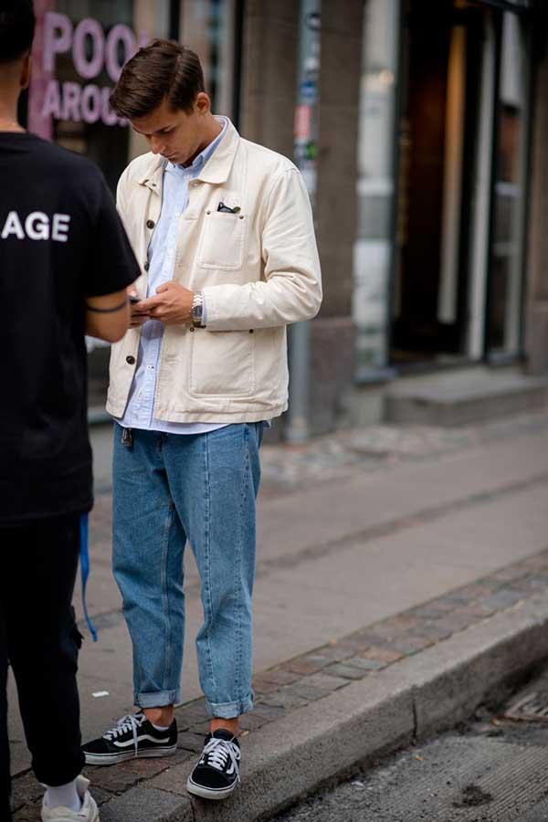 白ワークジャケット×ライトブルーオックスフォードシャツ×ジーンズ×VANS OLD SKOOL黒