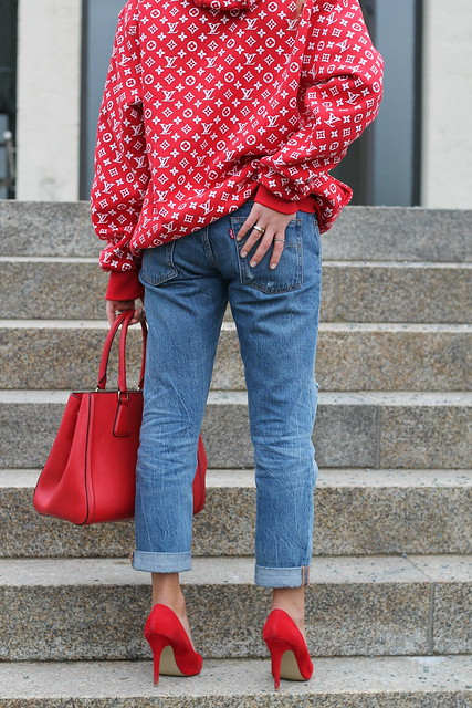 red-sweater-and-accessories-details-levis-jeans-wiebkembg
