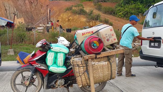 Warga perbatasan membeli bahan pokok makanan dari warga Malaysia