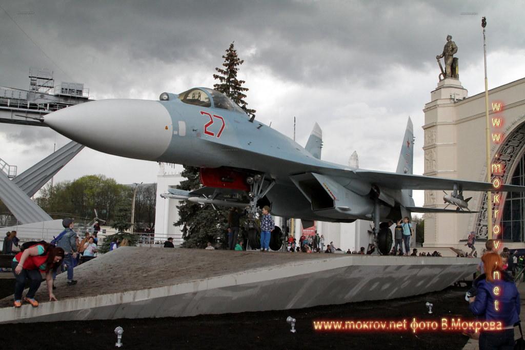 Истребитель Су-27 пополнил военную экспозицию ВДНХ