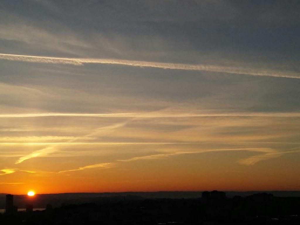 Así salió el sol esta mañana de jueves en Coruña. #sunrise #sun #amanecer #abrente #phonephoto #nofilter #sinfiltros #coruña #autumn