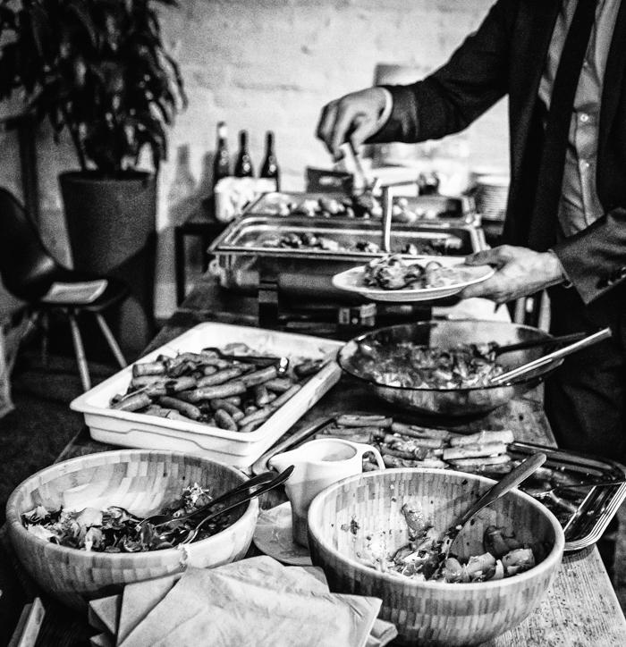 saksalainen ruoka makkara hapankaali sianniska caesar salaatti peruna ruokalista menu saksalainen illallinen illallispöytä_