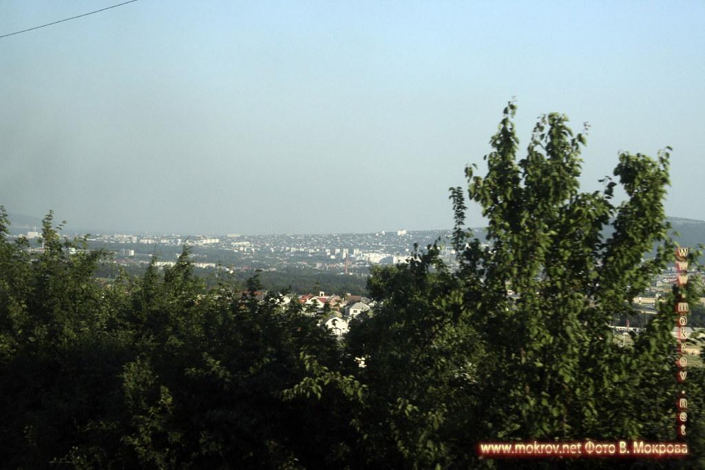 Город Новороссийск с фотокамерой прогулки туристов,