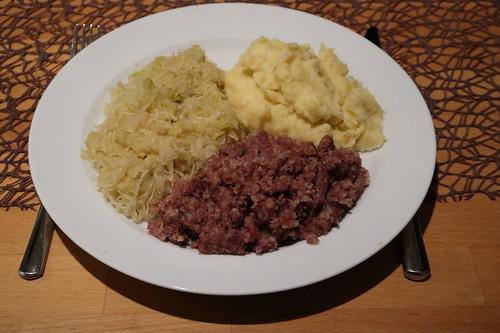 Stippgrütze mit Sauerkraut und Kartoffelpüree