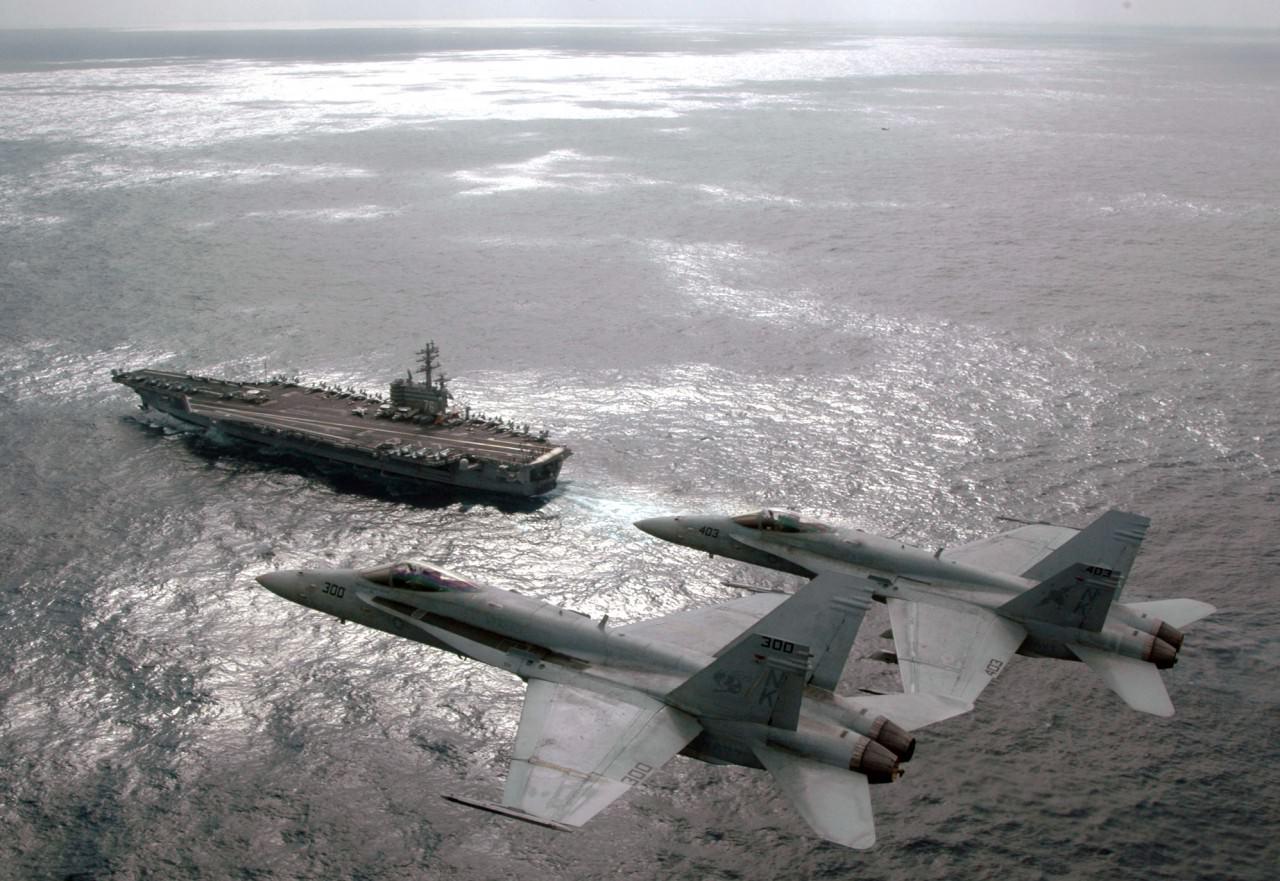 三個航母打擊群合起來,所搭載的第四代戰機就有 160 架。圖為航空母艦列根號及兩架F/A-18黃蜂式戰鬥攻擊機。(U.S. Navy photo by Lt. Cmdr. Tam Pham)