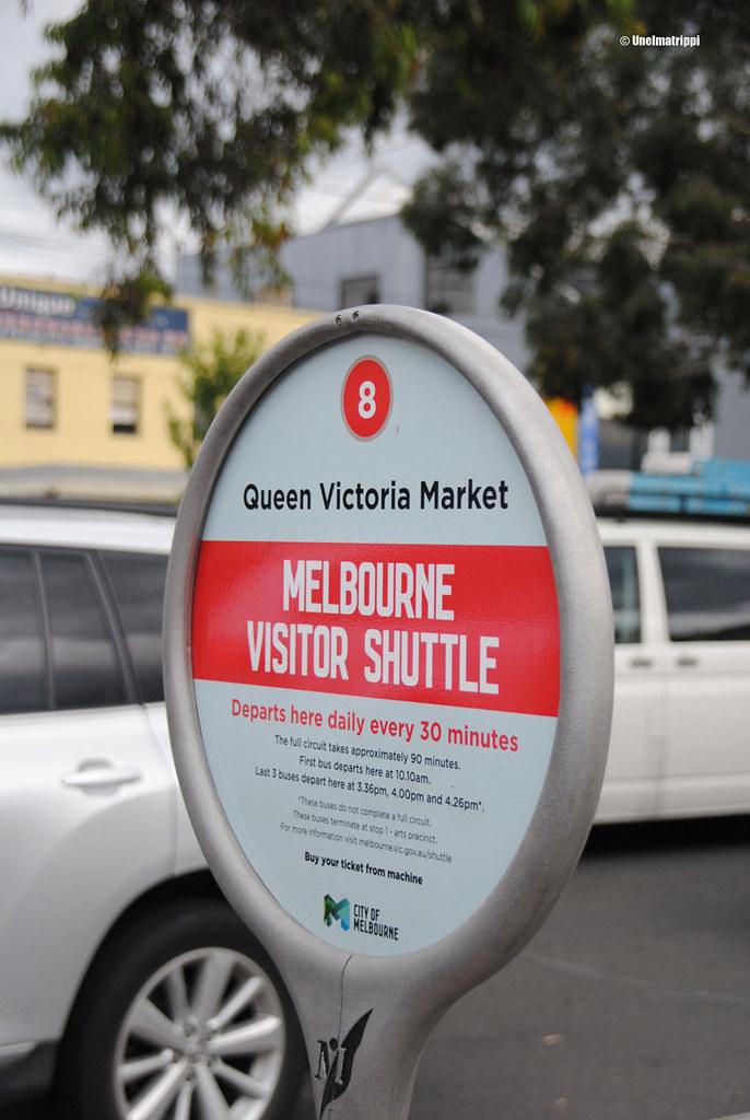 Shuttlebussin pysäkillä Queen Victoria Marketin edessä