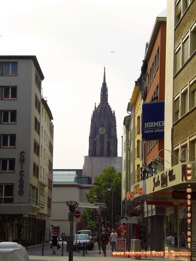 Исторический центр Города Франкфурт на Майне с фотокамерой прогулки туристов