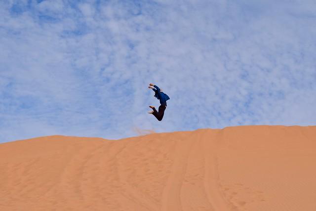 砂漠でテンションが上がっている様子