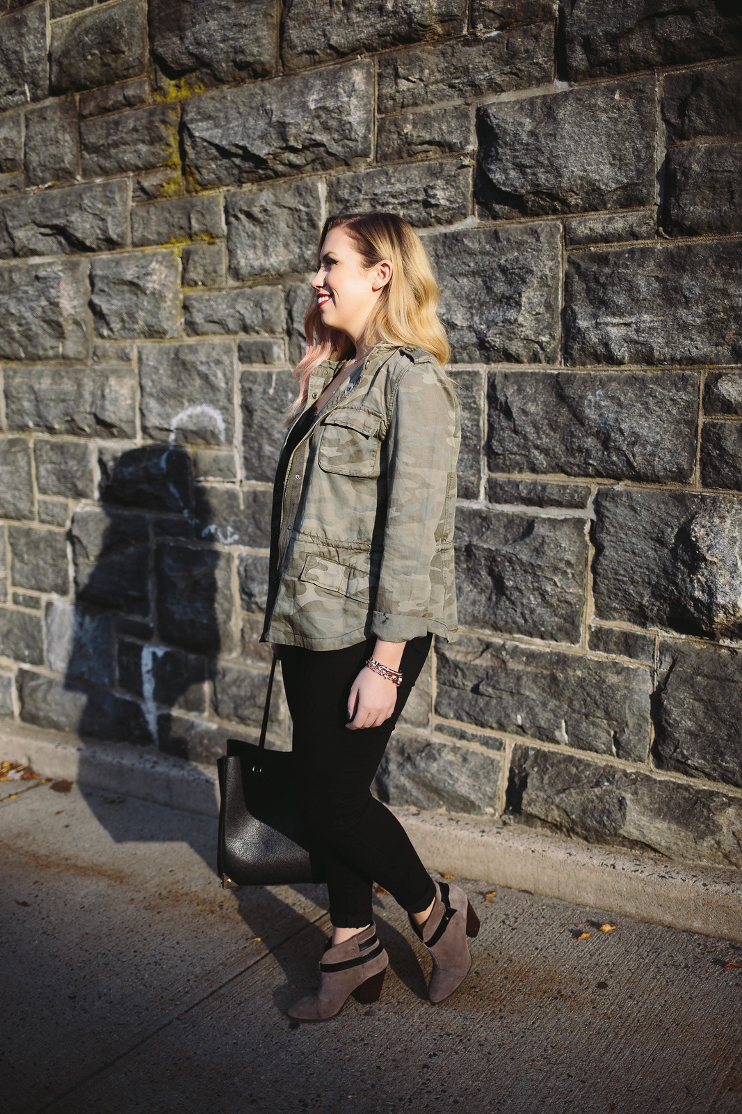 Casual Outfit Camo Jacket Black Skinny Jeans Gray Booties