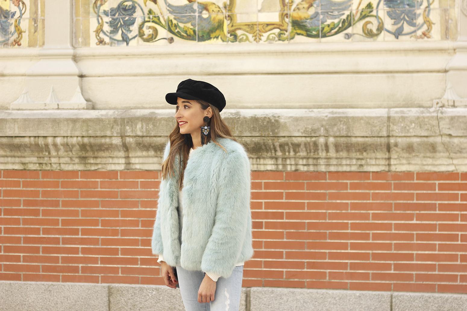 blue light faux fur coat navy cap ripped jeans zara tiger uterqüe earrings outfit street style08