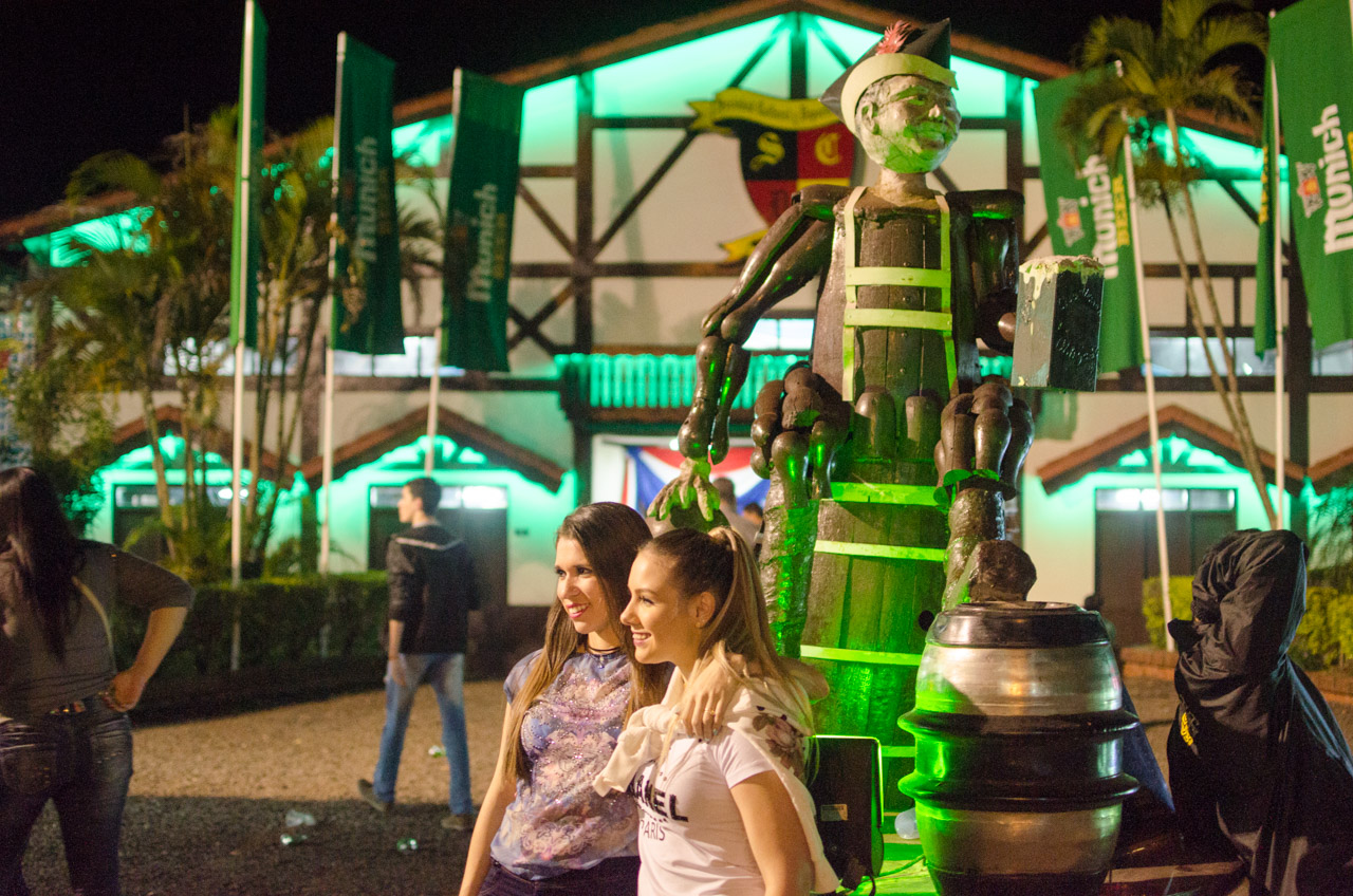 El monumento que caracteriza al Club Aleman de Obligado es el atractivo de los visitantes que se toman unas fotografías tan pronto llegan a la fiesta. (Elton Núñez).