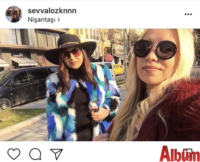 Şevval Özkan, Nişantaşı'nda arkadaşıyla birlikte güneşli havanın tadını çıkardı.