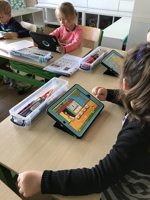 1ste en 2de leerjaar Windekind oefenen op de tablets