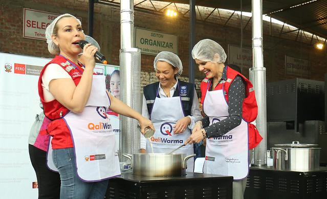 Presidenta del Consejo de Ministros, Mercedes Aráoz, acompañada de la  ministra  de Desarrollo e Inclusión Social, Fiorella Molinelli, supervisan la  entrega de 11 mil cocinas mejoradas portátiles.