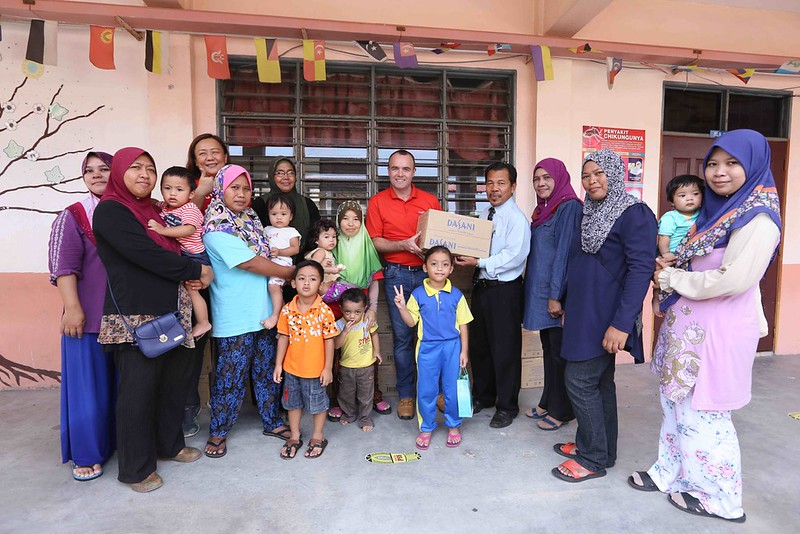 Mcgeown And Yap Visits Evacuees Based At Sk Bertam Indah And Hands Over Drinks