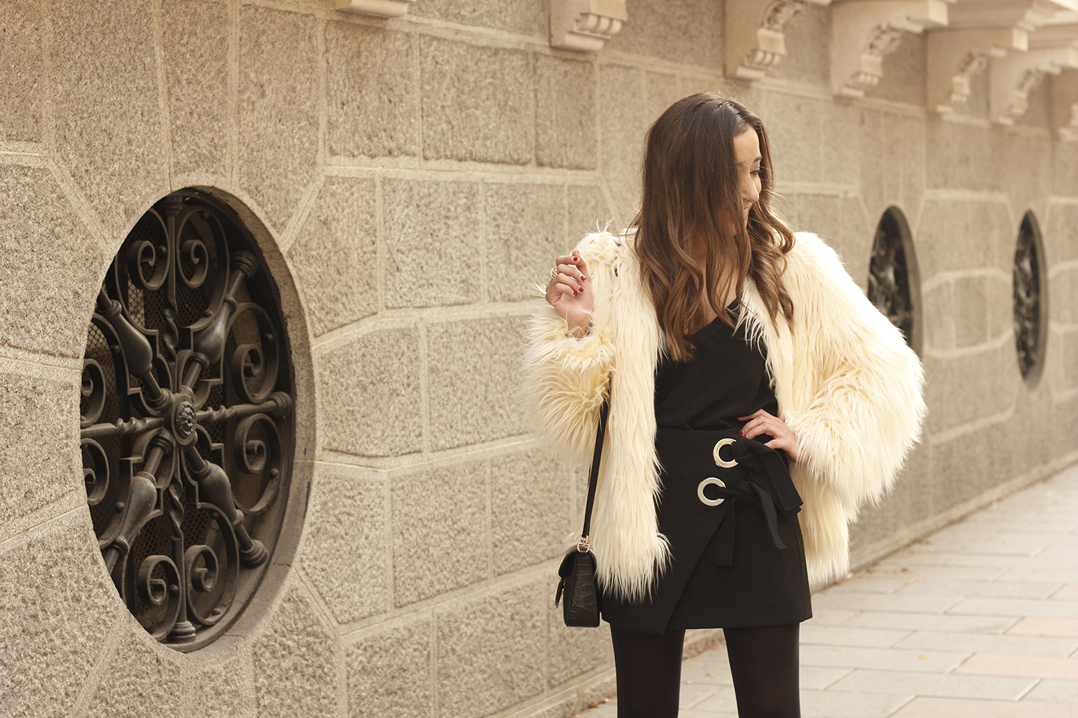 faux fur white coat black skirt military boots fall outfit street style02