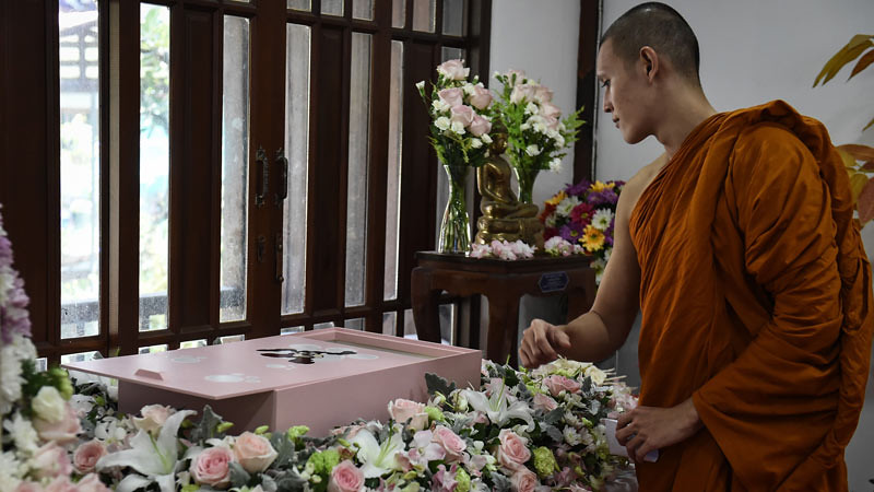 Upacara kematian Buddhis untuk hewan peliharaan sedang populer di Bangkok, Thailand.