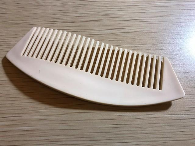 【手帖365】波浪梳子 這個梳子是我媽媽給我的。印象中這是某檔週年慶媽媽買了某組保養品,然後將小贈品給了我,我卻獨鍾這把梳子,因為輕薄好攜帶,又有流線型的波浪狀,所以我一帶就帶了至少15年吧(笑)。媽媽給了我很多東西,但是一直帶在身邊的,沒想到是這一把薄薄的梳子,它優雅又溫潤,連禮物都帶著媽媽的特質。對了,它還很好梳呢! #生活手帖365 →看其他生活手帖365:http://ift.tt/2yUXYr3