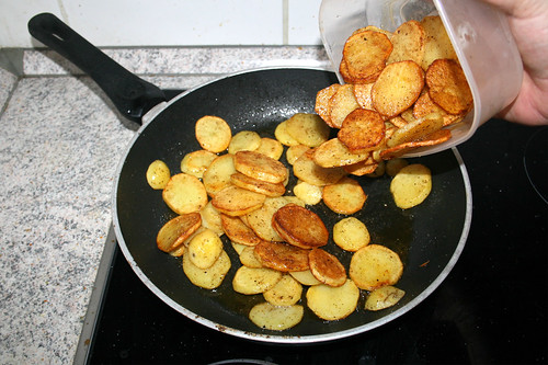 28 - Alle Kartoffelscheiben in Pfanne geben / Put all potato dices in pan