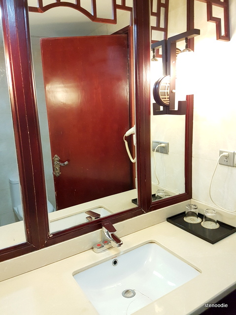 Fengting International Hotel washroom