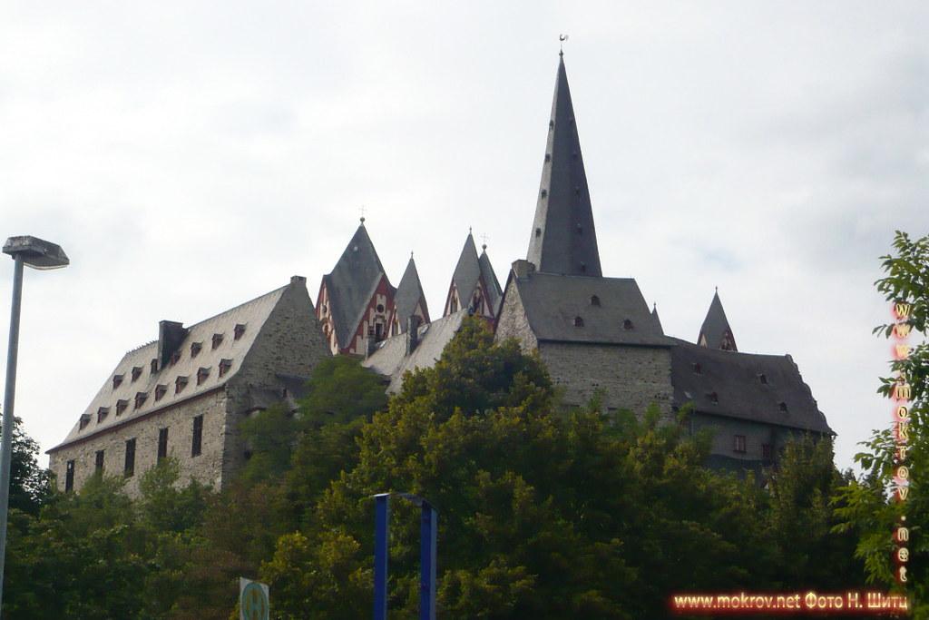 Город Лимбург на Лане с фотоаппаратом прогулки туристов