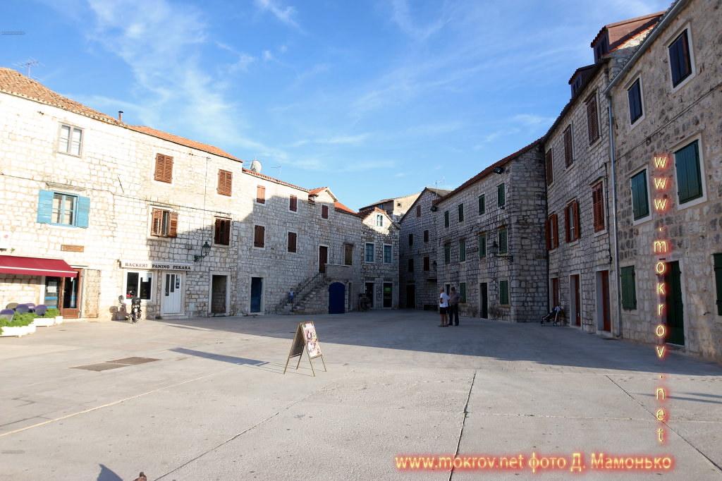 Хвар — остров в Адриатическом море, в южной части Хорватии прогулки туристов с фотокамерой