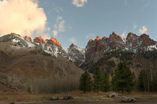 maroonbells maroonlake aspen snowmass colorado sunrise cold fall autumn mountainpeaks rockymountains