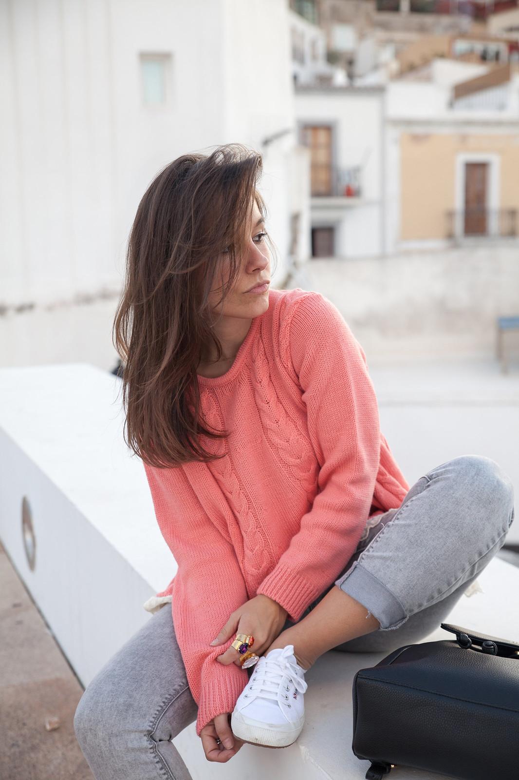 como combinar jersey de punto rosa theguestgirl influencer ibiza spain barcelona jeans gris
