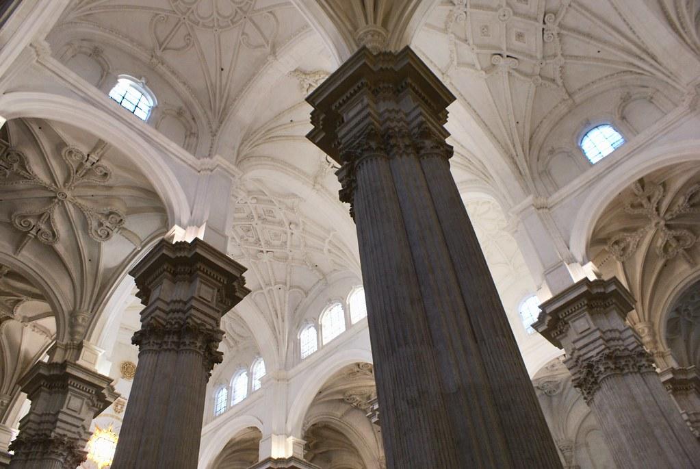 Colonne et plafond somptueux de la cathédrale gothique de Grenade