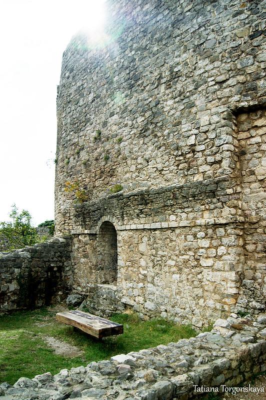 Скамейка у стен крепости