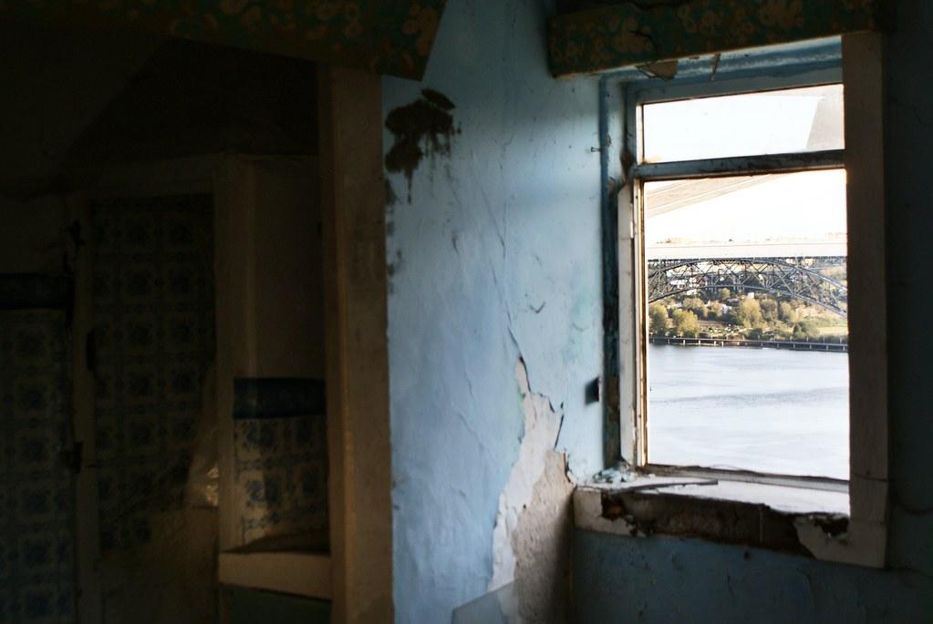 Pas grand chose à l'intérieur, mis à part quelques débris et des vues sur le fleuve Douro traversant Porto.