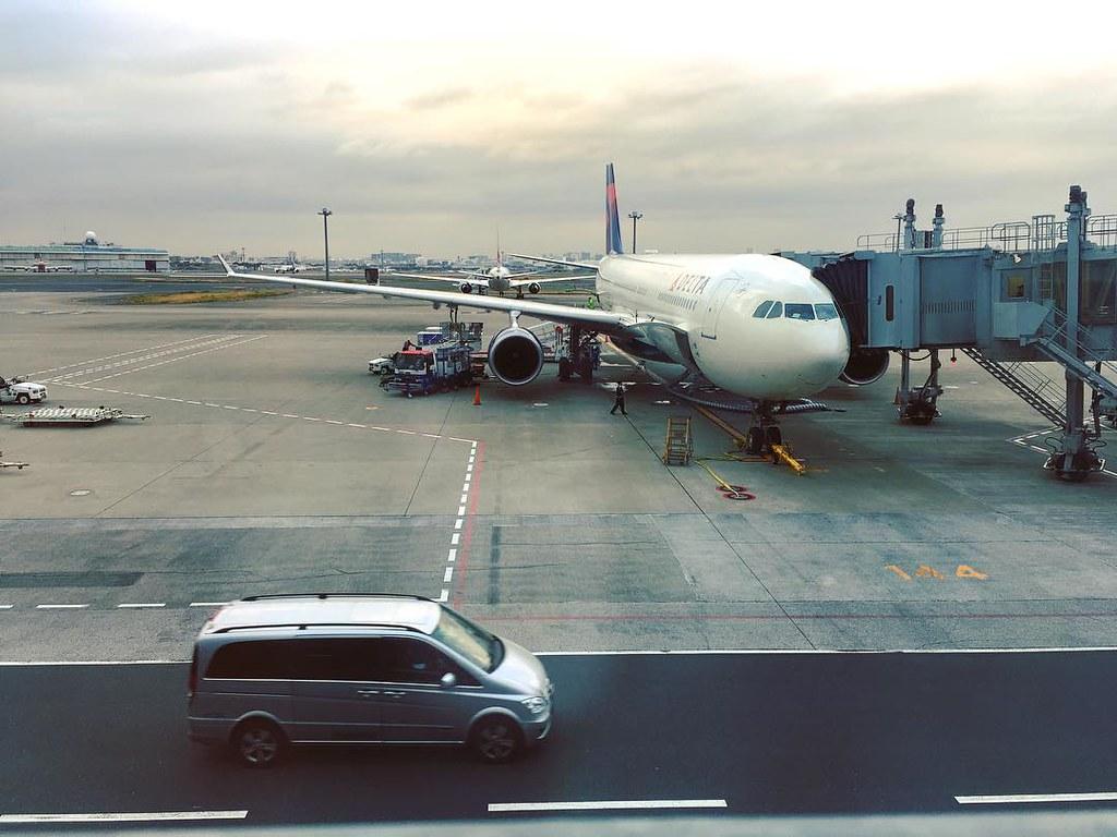 羽田空港にて、DL6便
