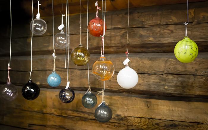 strömforsin ruukin joulu 2017 lasipallot joulukoriste axel & ida käsityömyymälä ruukki ruotsinpyhtää lasistudio jan torstensson kierrätyslasi