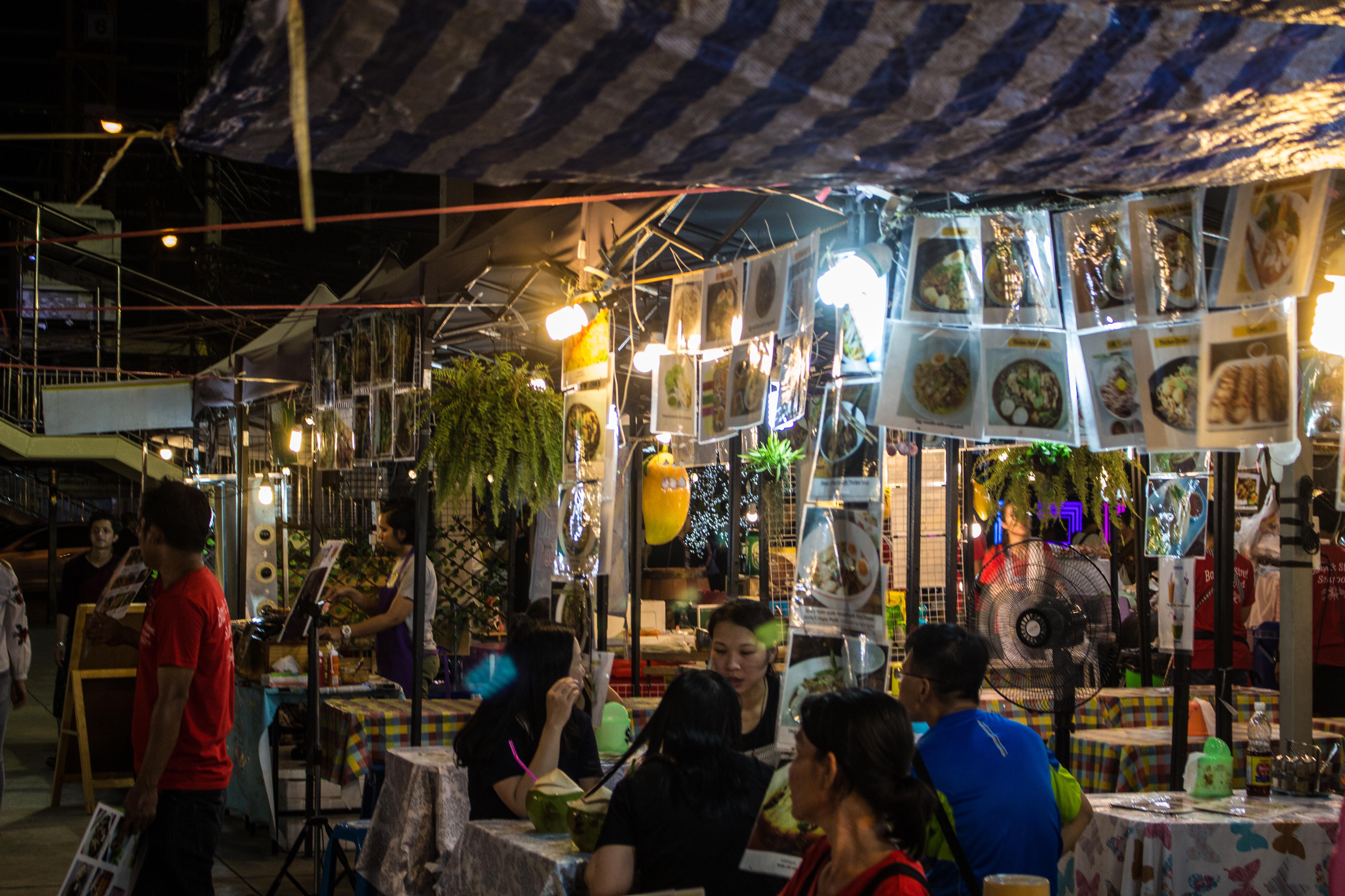 Bangkok_Talad Neon_Rot Fai Ratchada