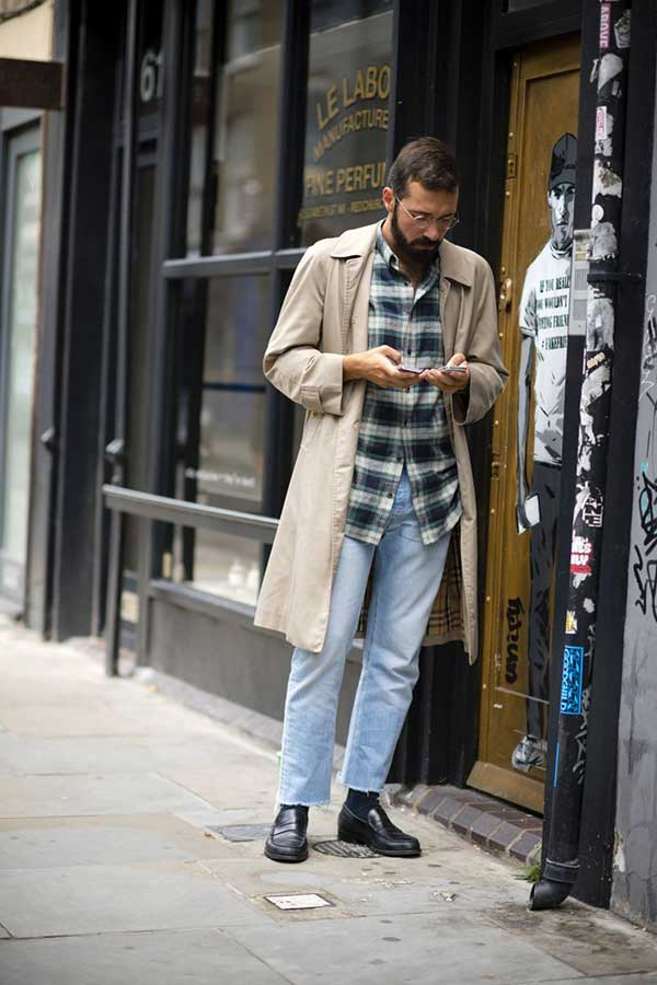 ベージュステンカラーコート×チェックシャツ×ジーンズ×黒コインローファー