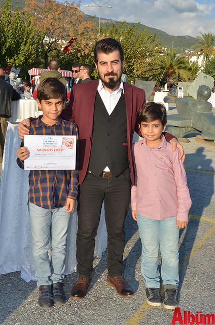 Tutku Kuaför'ün sahibi Hüseyin Altan ve oğulları Ferit Berk Altan ve Batu Altan