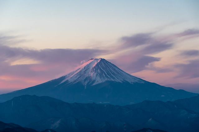 陽ざしが届き始めた富士