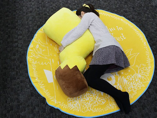 給尾巴控的超大療癒!《精靈寶可夢》皮卡丘的尾巴大抱枕(抱き枕 ピカチュウのしっぽ)【寶可夢中心Online限定】